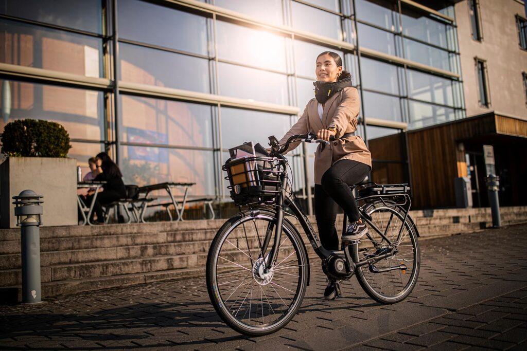 Cyklist vid Örebro Universitet.